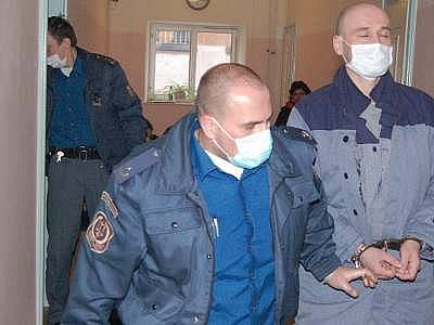 Roušku měl nejen obžalovaný, ale i eskorta, což ostatní návštěvníky klatovského soudu vylekalo.