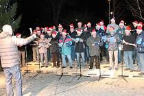 Předvánoční zpívání na náměstí ve Strážově.