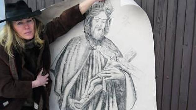 Autorka sochy Vladimíra Tesařová s návrhem.