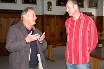 Josef Schneider (vlevo) z bavorského spolku Moosham zengkofen krieger u. Militärverlein si během čtvrteční návštěvy Klatov prohlédl v doprovodu starosty města Rudolfa Salvetra prostory starobylé radnice.