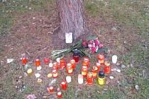 Od první chvíle nosili lidé svíčky ke stromu, kde se otec rodiny oběsil.