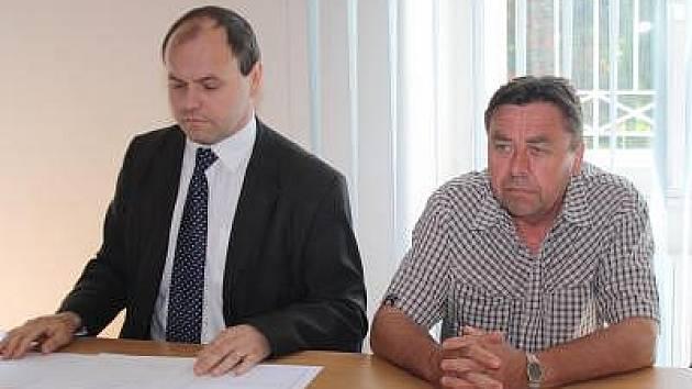 Bývalý starosta Žichovic Jiří Hejpetr (vpravo) u klatovského soudu se svým advokátem Rostislavem Netrvalem. Verdikt zatím neslyšel, líčení bylo odročeno na červenec.