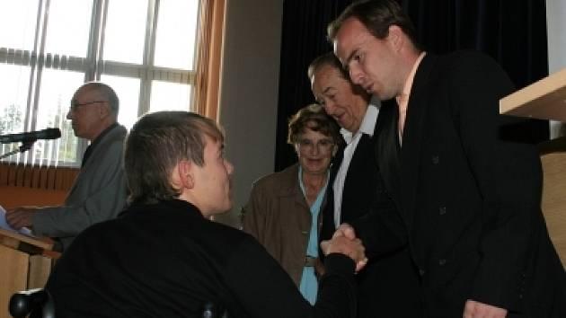 Na snímku zprava ředitel školy Vladislav Smolík, Vlastimil Joe Brückner s manželkou a žák Lukáš Kroupa.