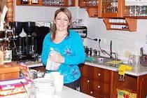 V cukrárně Varesina caffé vás obslouží Silvie Bytelová (na snímku)