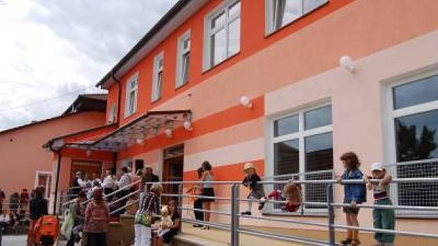 Více než 18 milionů korun stálo vybudování nové školní jídelny v Měčíně. V 1. patře budovy je umístěna mateřská škola.
