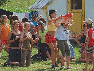 Na dětském letním táboře na koních v Trní u Měčína se dětem líbí. Když zrovna nejsou u koní, soutěží v různých disciplínách.