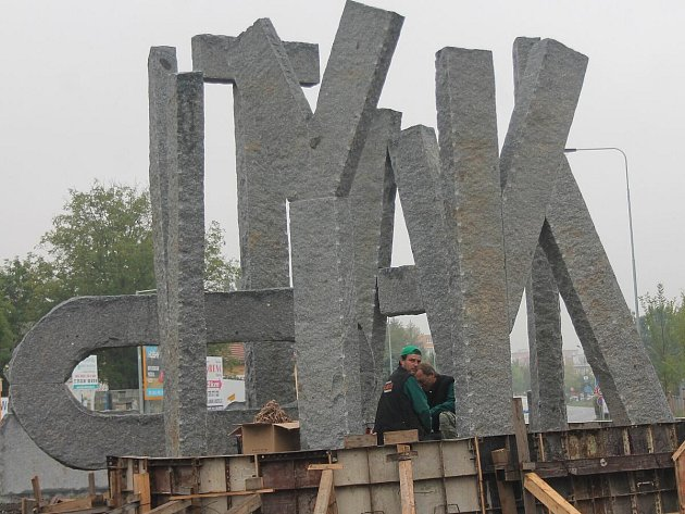 Kamenný nápis KLATOVY byl postaven u kruhového objezdu u nemocnice