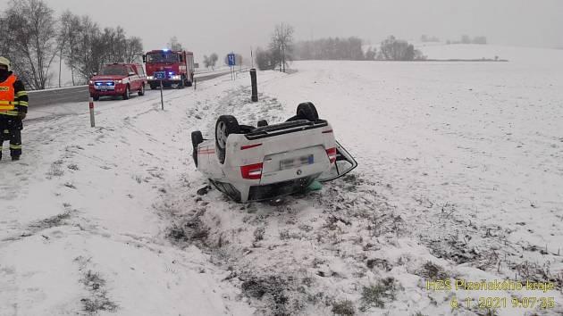 Po srážce v křižovatce zůstalo auto na střeše