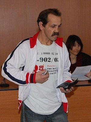 Milan More přichází ke klatovskému soudu.