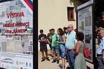 """V prostorách Hostašových sadů v Klatovech byla ve čtvrtek 27. června představena výstava Václavy Jandečkové Falešné hranice – Akce """"Kámen""""."""