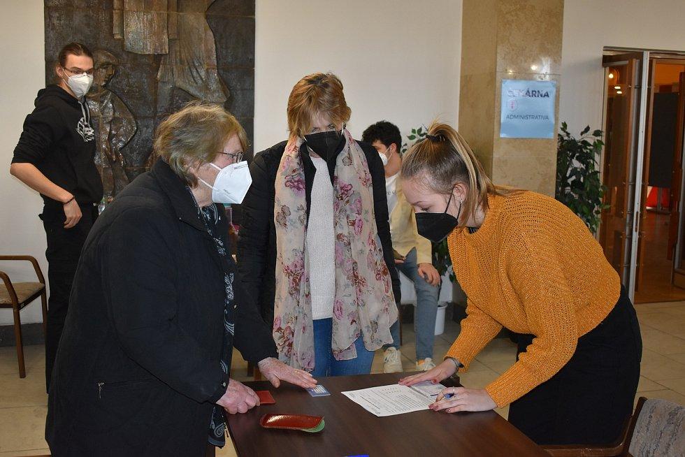 Zdenka Čížková (81) z Andělic se nechala očkovat v klatovském kulturním domě.