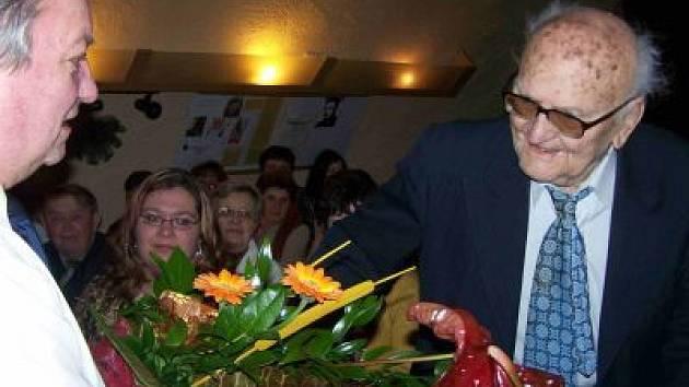 Jubilant Jiří Bílek (vpravo) přijal spousty gratulací.