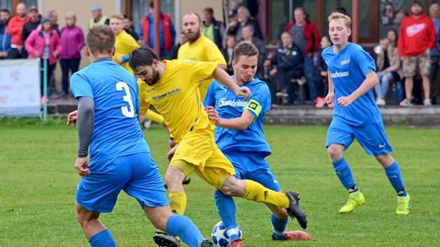 Fotbalisté Budětic (na snímku hráči ve žlutých dresech) porazili ve víkendovém duelu 3. kola okresního přeboru výběr Hradešic (v modrém) těsně 2:1.