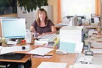 V Čachrově lidé nemusejí se zásilkami jezdit do Běšin, mohou je uložit na tamním obecním úřadě. Převezme je usměvavá administrativní pracovnice Lenka Hřebcová (na snímku).