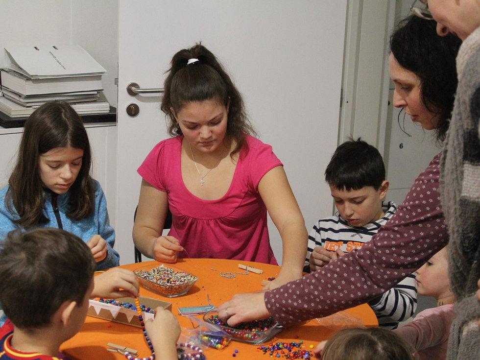 Dospělí obdivovali v PASKu práci šperkařek, děti navlékaly korálky.