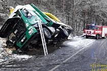 Havárie nákladního vozu se štěpkou u Kokšína na Klatovsku