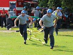 Soutěž hasičů-seniorů a denních příslušníků v požárním útoku družstev v Mochtíně.