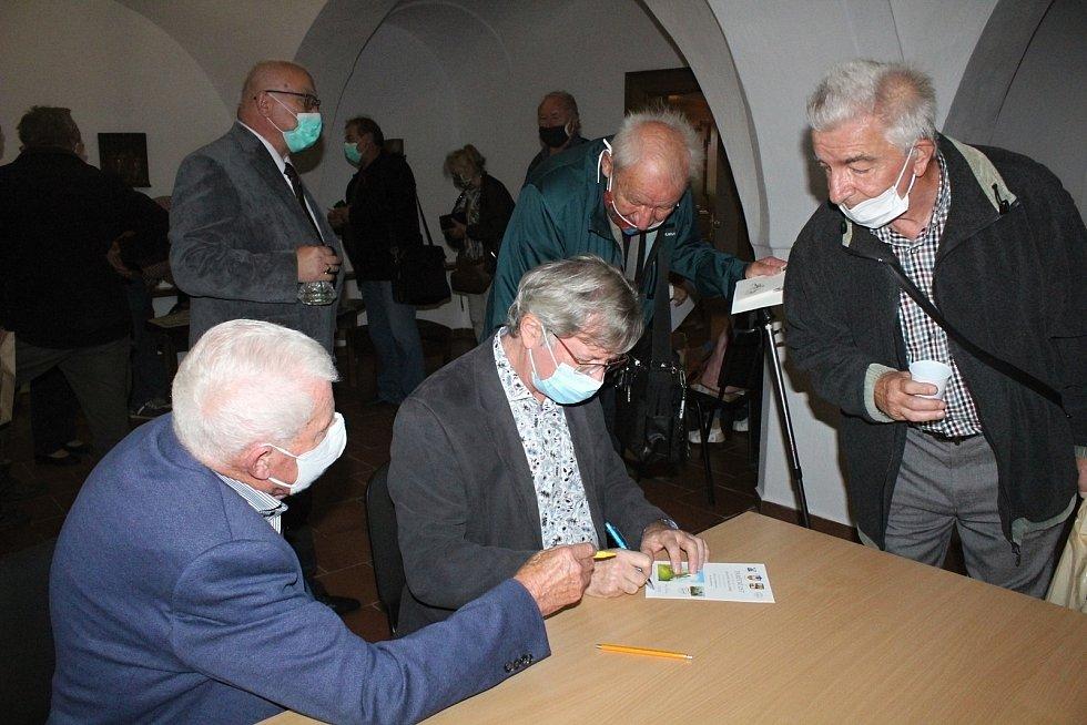 Křest poštovní známky s hradem Kašperk.