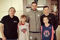 Nejužitečnější hráč jr. NBA 2018 Petr Žák (druhý zleva) při setkání s českým basketbalistou Washingtonu Tomášem Satoranským(uprostřed) v Londýně.