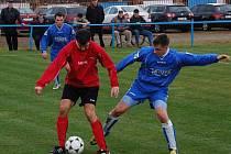 Fotbalisté Strážova (v modrých dresech) měli na podzim smůlu na těsné prohry. Na domácím hřišti prohráli s Chotíkovem 0:1.