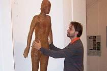 Nervní figura od Kurta Gebauera byla z niky odstraněna, aby před vernisáží mohla být nainstalována nová socha.
