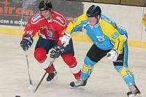 Hokejisté HC Klatovy B (v červeném) hrají krajskou ligu mužů.