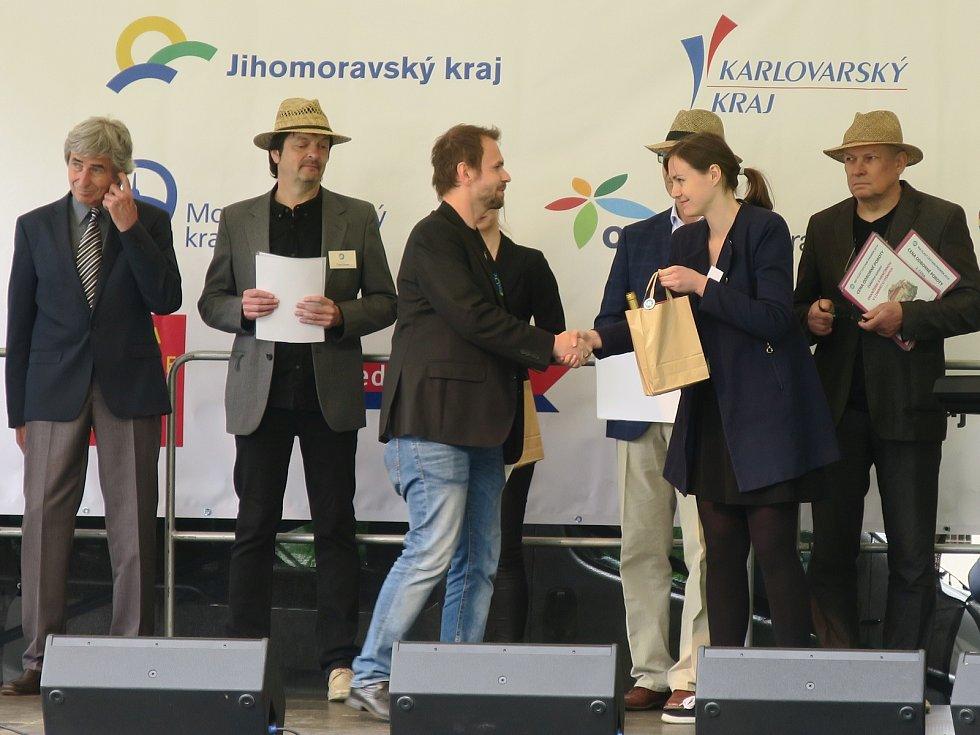 Přebírání cen na Vyšehradě v Praze.