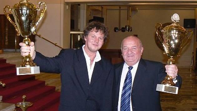 Dva parádní poháry převzala při  vyhlášení mistrů České republiky v automobilovém sportu pro rok 2007 v pražském hotelu Ambasador klatovská posádka Petr Hozák (vlevo) – Ladislav Hršel.