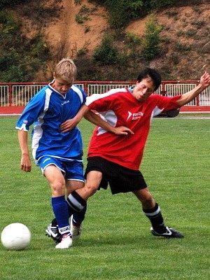 Mladší dorostenci TJ  Klatovy (v modrých dresech) v divizním  fotbalovém utkání porazili své hosty z Prachatic  1:0