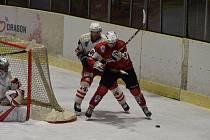 Hokejisté HC Klatovy B (na archivním snímku hráči v červených dresech) na úvod nové sezony skolil béčko Sokolova. V sobotu změří síly s Tachovem (v bílém).
