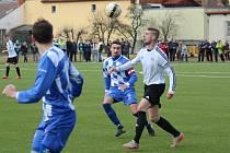 Fotbalisté Sušice (na archivních fotografiích hráči v bílých, modrým a zelených dresech) otočili náročný souboj v Křimicích, kde vyhráli 3:2.