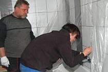 Žáci se učí například zapojit baterie. Na snímku na jednoho ze studentů dohlíží Petr Balcar. F