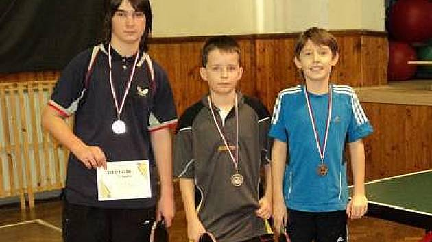 Družstvo stolních tenistů obsadilo na krajském přeboru starších žáků v Nýřanech 3. místo. Na snímku jsou zleva Jan Cibulka, Jakub Hnojský a Jan Netrval.