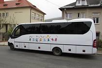 Autobus, který vozí děti do škol v Hlavňovicích a Velharticích.