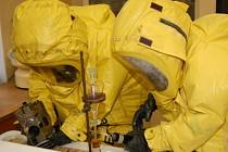 Hasiči při cvičném chemickém poplachu vynesli tři studenty