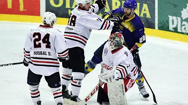 Klatovští hokejisté (na snímku hráči v bílých dresech) zvítězili na jihu Čech 9:7.