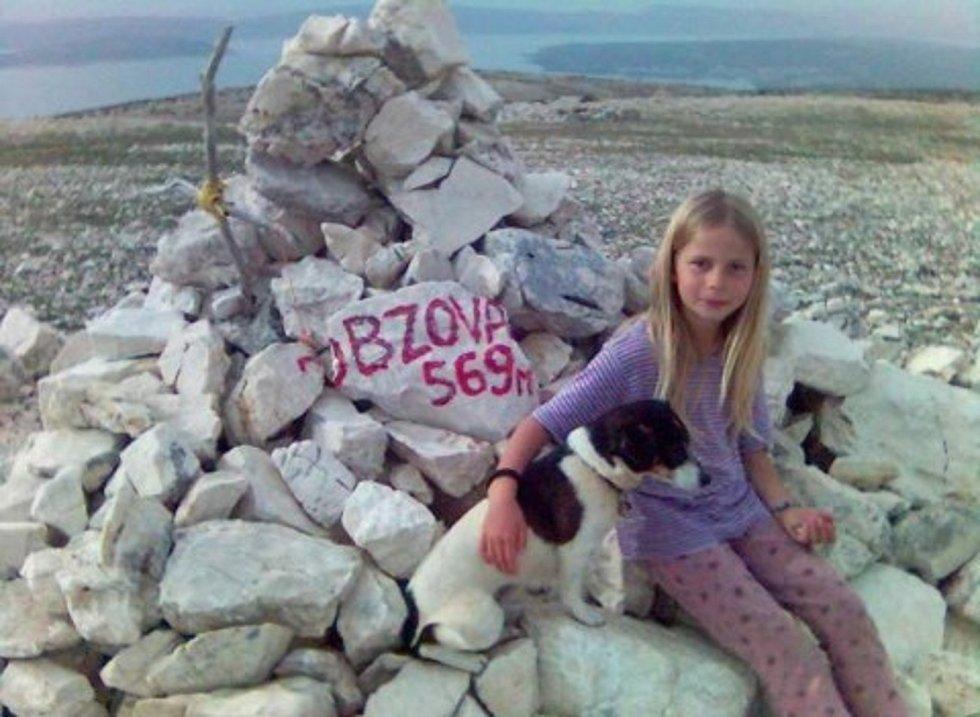 Eliška Gaja Fuxová, kterou se rodiče neúspěšně snažili pojmenovat Půlnoční bouře. Dnes žije v dětském domově.
