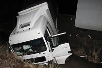 Kamion skončil u Švihova v potoce.
