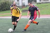Klatovská Kapitol liga v malé kopané: AFK Geroj Klatovy - FC BS Stars Klatovy (ve žlutých dresech) 0:3.