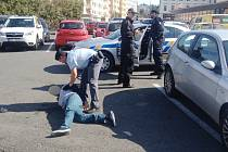 Zadržení pachatele krádeže ve zlatnictví v Klatovech.