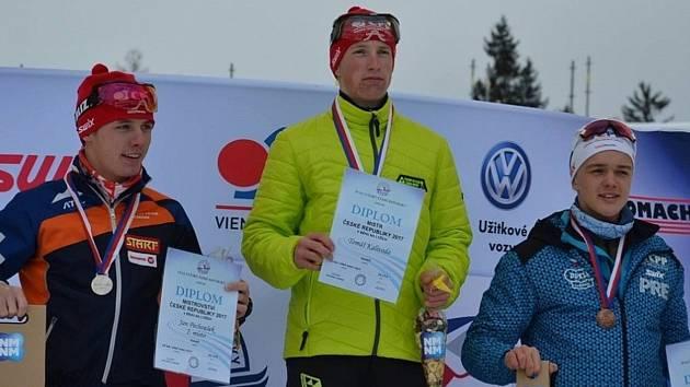 Dvojnásobný juniorský mistr ČR 2017 v běhu na lyžích Tomáš Kalivoda ze Strážova (uprostřed)