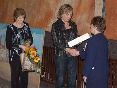 Starostka Jindřiška Jůdová předává Zdeně Gutwirthové čestné občanství, které město udělilo Janu Duchoňovi