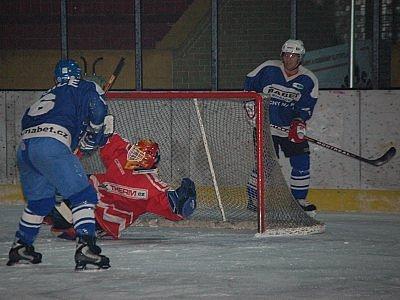 V semifinále okresního hokejového přeboru porazila Malá Víska Sušici 6:3 a nebude tak chybět v boji o zlato. Na snímku jsou ale  na koni Sušičtí,  po vyšachování obrany překonává maloveského gólmana Petra Krou sušický Martin Lemberger.