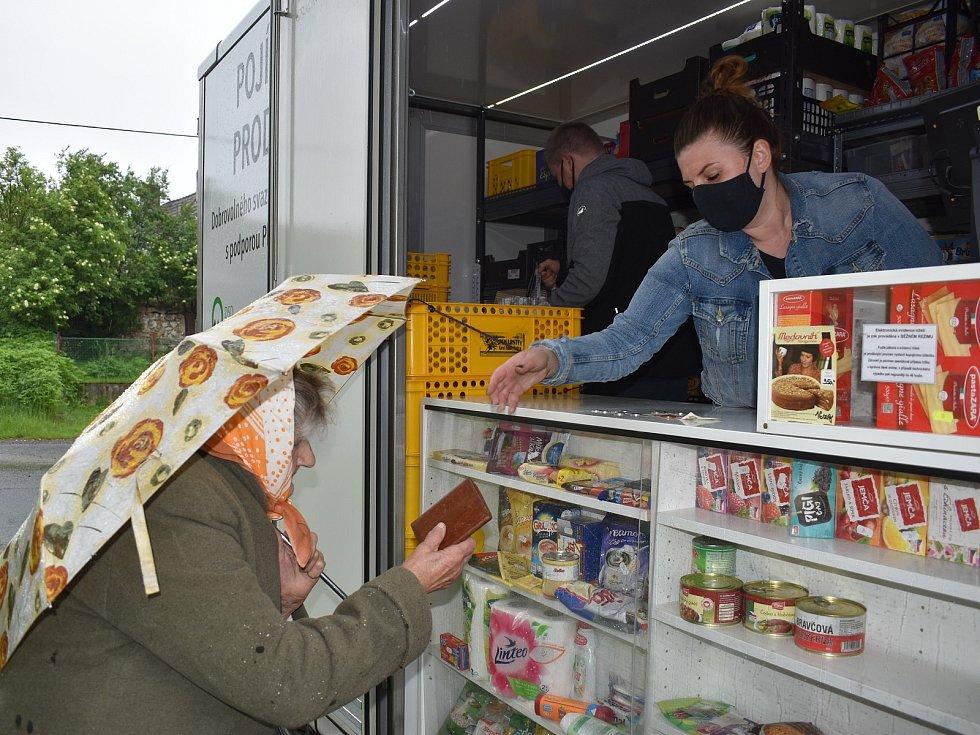 Pojízdná prodejna má na Horažďovicku, Blatensku a Šumavě celkem 27 zastávek.