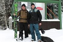 Někteří nedočkavci se už nemohli sněhu dočkat. Mezi nimi byli i Marek Novák (vlevo) a Martin Bystřický z Plzně, kteří si včera přišli zajezdit do ski areálu Špičák.
