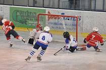 Čtvrťáci HC Klatovy (v bílém) vyhráli 6:5 v Rokycanech.