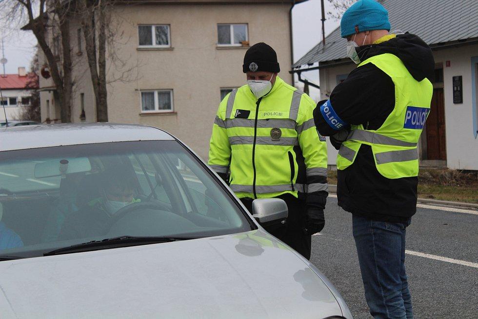 Policie má dodržování například pohybu v rámci okresu kontrolovat. Lidé mohou dostat pokutu až dvacet tisíc korun.