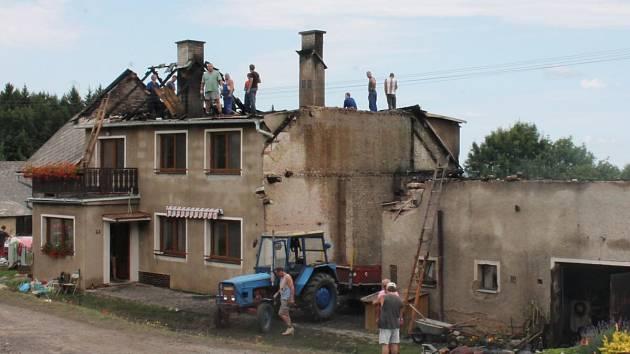 Blesk zapálil hospodářské stavení ve Stojanovicích