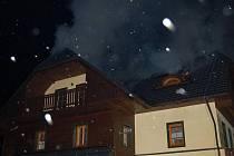 Pět sborů hasičů vyjelo v sobotu ve 20 hodin k ohlášenému požáru Obecního úřadu Horská Kvilda
