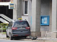 V neděli 23. dubna naboural řidič s taxi službou do budovy policie v Klatovech.